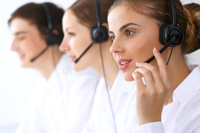 电话中心操作员在工作 在美丽的女商人的焦点耳机的 图库摄影