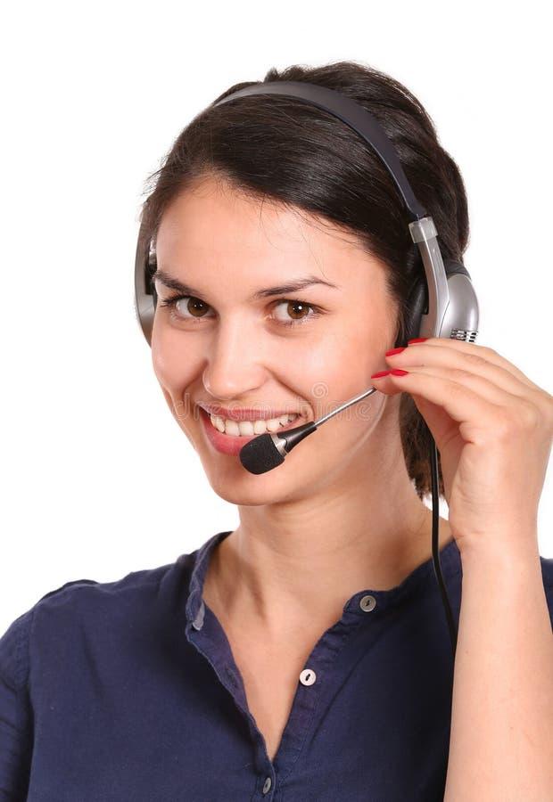 电话中心操作员妇女谈话与在白色背景的耳机 免版税库存图片