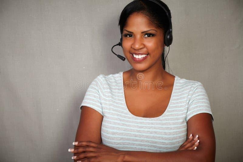 年轻电话中心操作员谈话在耳机 免版税库存图片