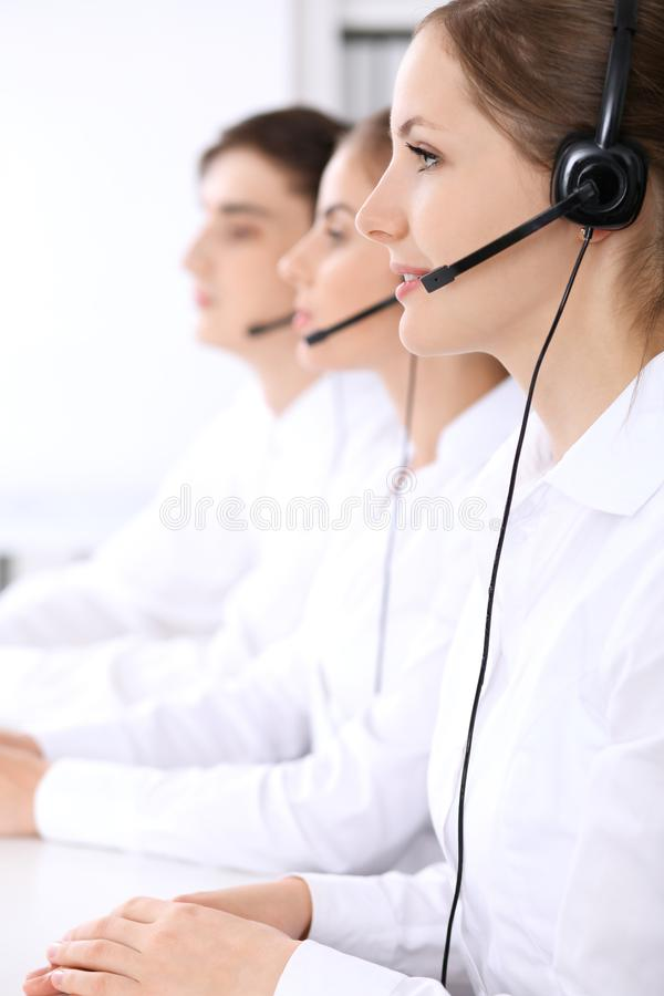 电话中心操作员 在美女的焦点耳机的 免版税图库摄影