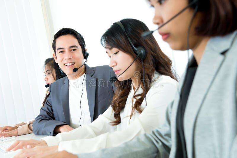 电话中心电话推销员或操作员队 免版税图库摄影