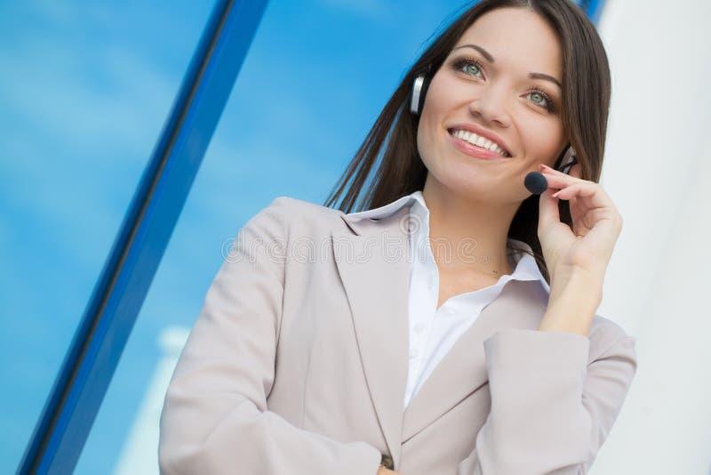 从电话中心的妇女 免版税库存照片