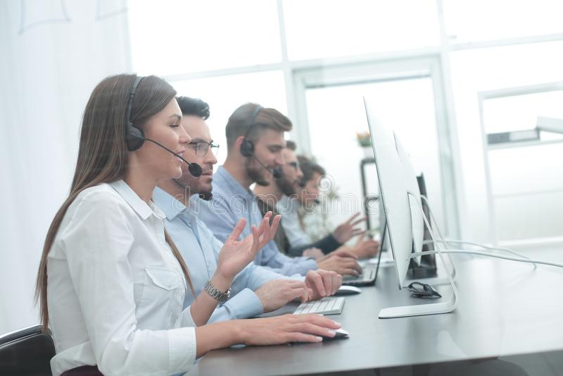 电话中心雇员在工作场所 图库摄影