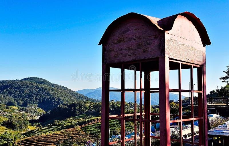 电话亭在山之间的村庄 免版税图库摄影