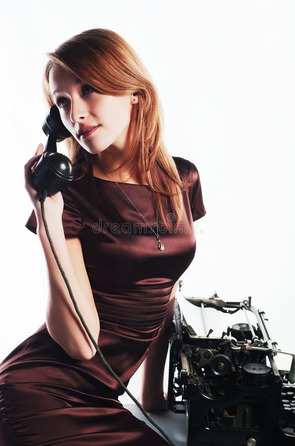 电话减速火箭的妇女年轻人 免版税库存照片