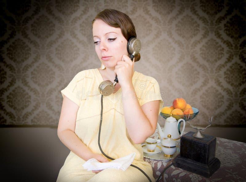 电话减速火箭的联系的妇女 免版税库存照片