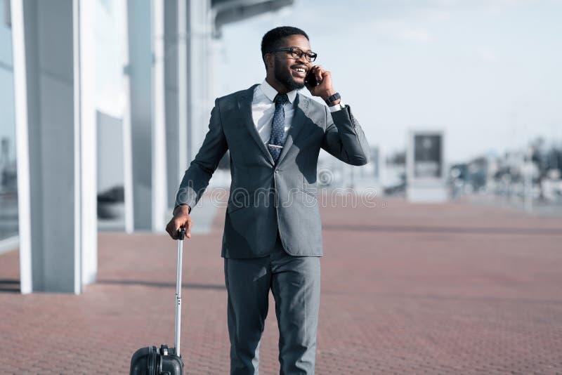 电话出租汽车 到达对机场的非洲商人 免版税库存图片