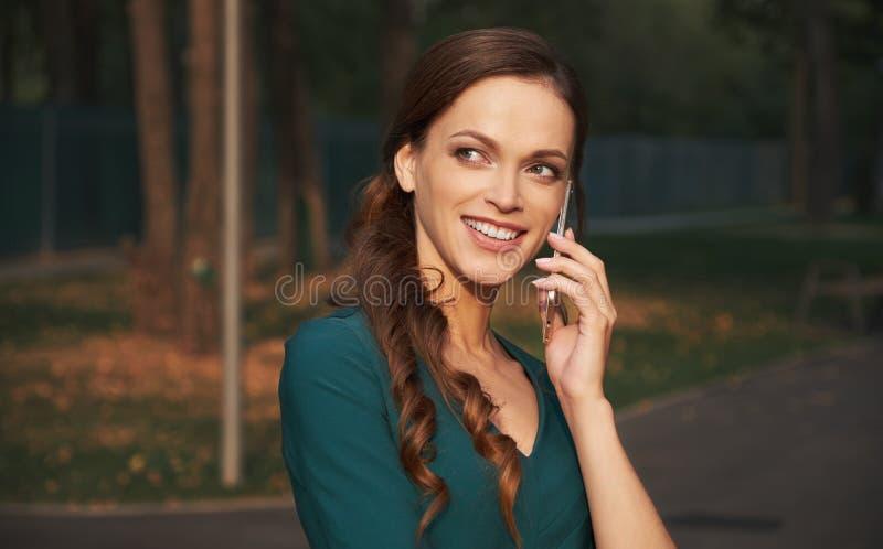 电话微笑的联系的妇女 库存图片