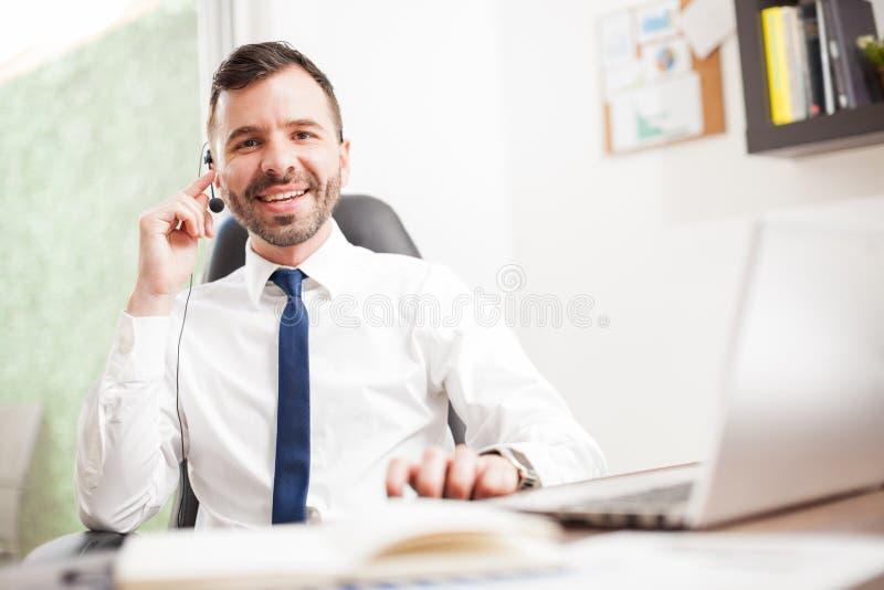 电话推销员谈话与有微笑的顾客 库存照片