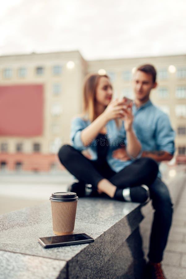 电话瘾概念、智能手机和咖啡 库存图片