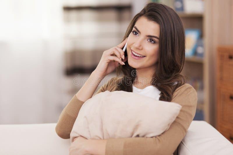 电话的愉快的妇女 免版税库存图片