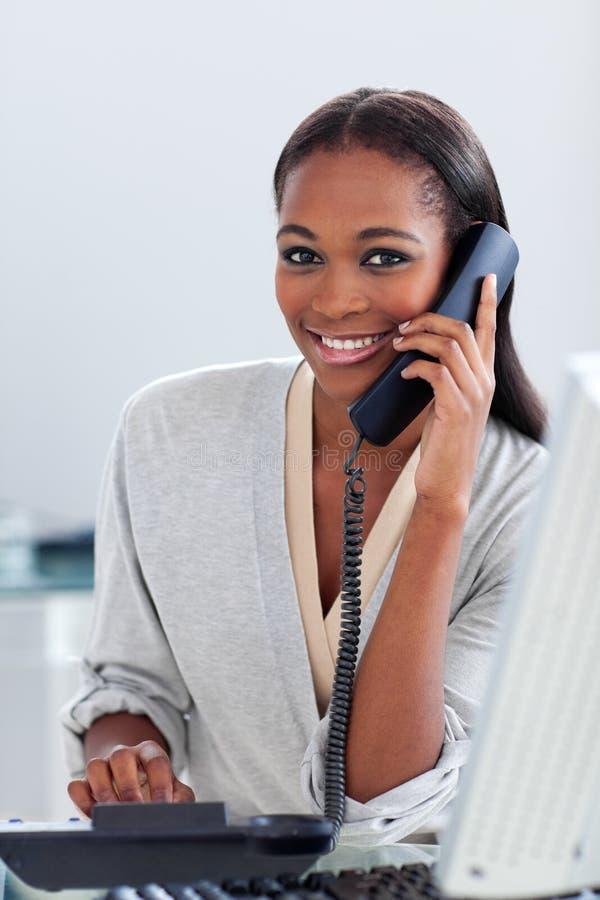 电话的断言的女实业家 免版税库存图片