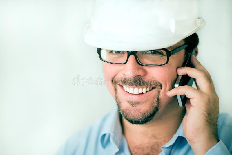 Download 电话的年轻男性工程师 库存照片. 图片 包括有 商业, 职业, 困难, 设计, 白种人, 建筑, 布琼布拉 - 30329998