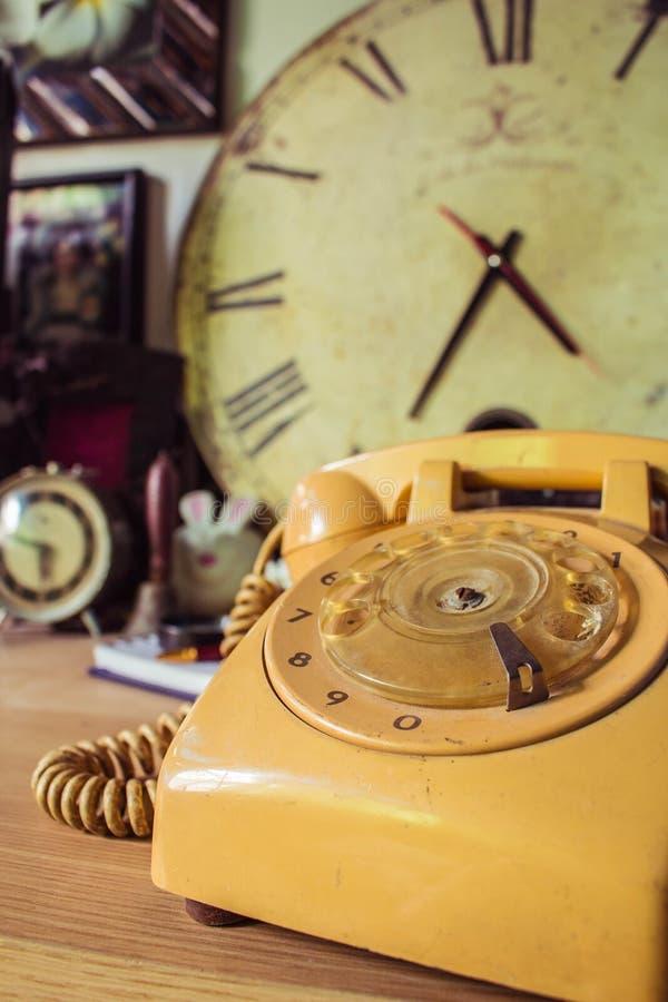 电话老在木桌上 库存图片