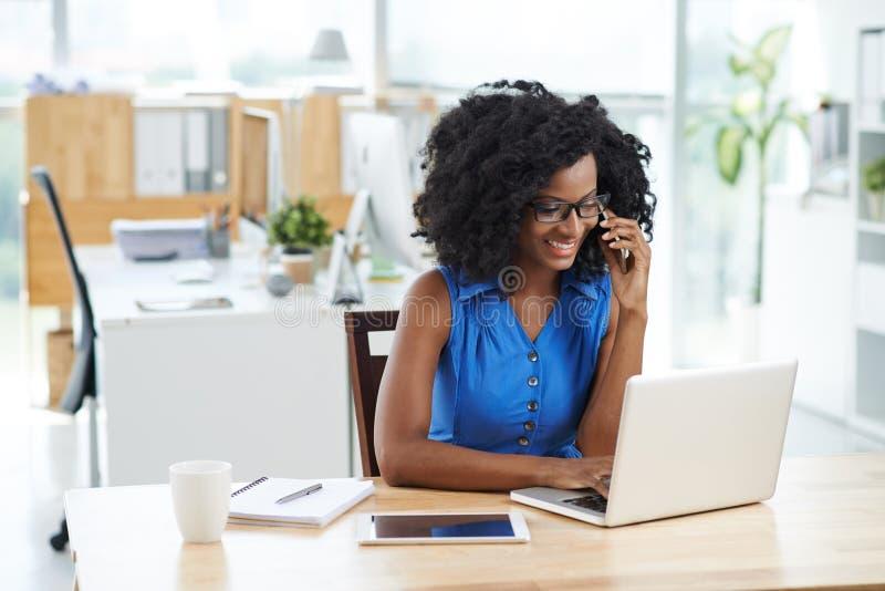 Download 电话联系 库存图片. 图片 包括有 微笑, 冒犯, 片剂, 加拿大, 通信, 纵向, 企业家, 繁忙, 咨询 - 62529337