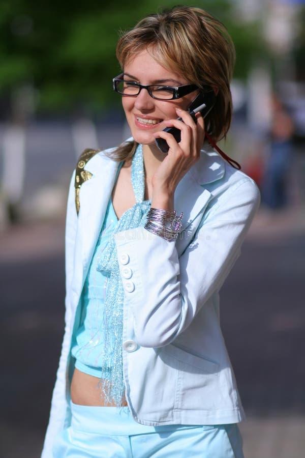 电话街道联系的走的妇女年轻人 免版税库存图片
