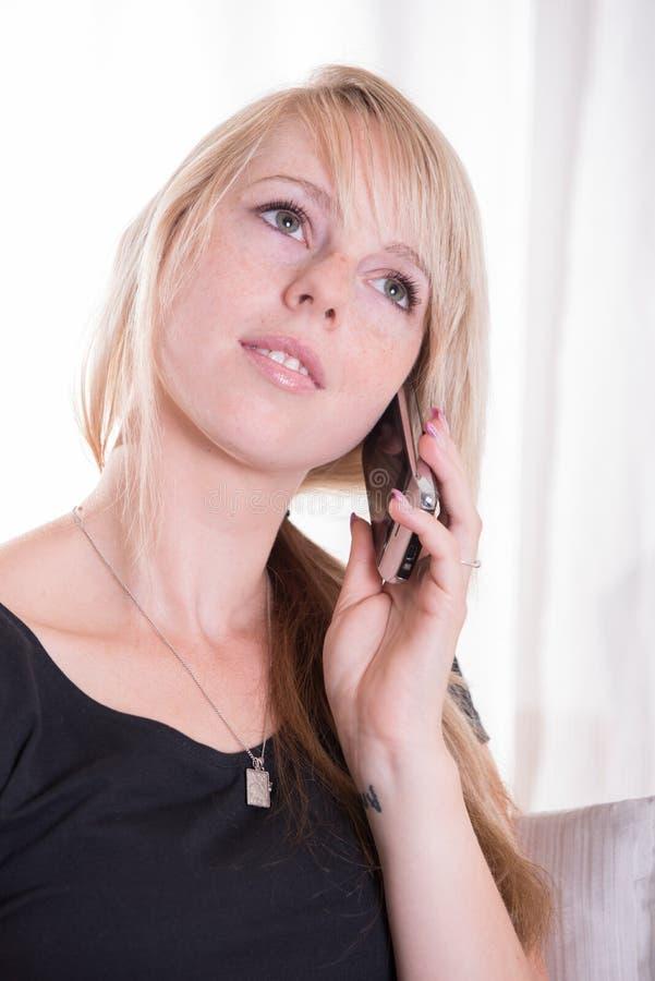 电话谈的少妇 免版税图库摄影