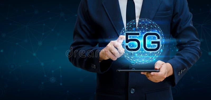电话5g地球商人用浓缩聪明和5G的网络连接连接拿着一种空的数字式片剂的全世界侍者手 库存图片