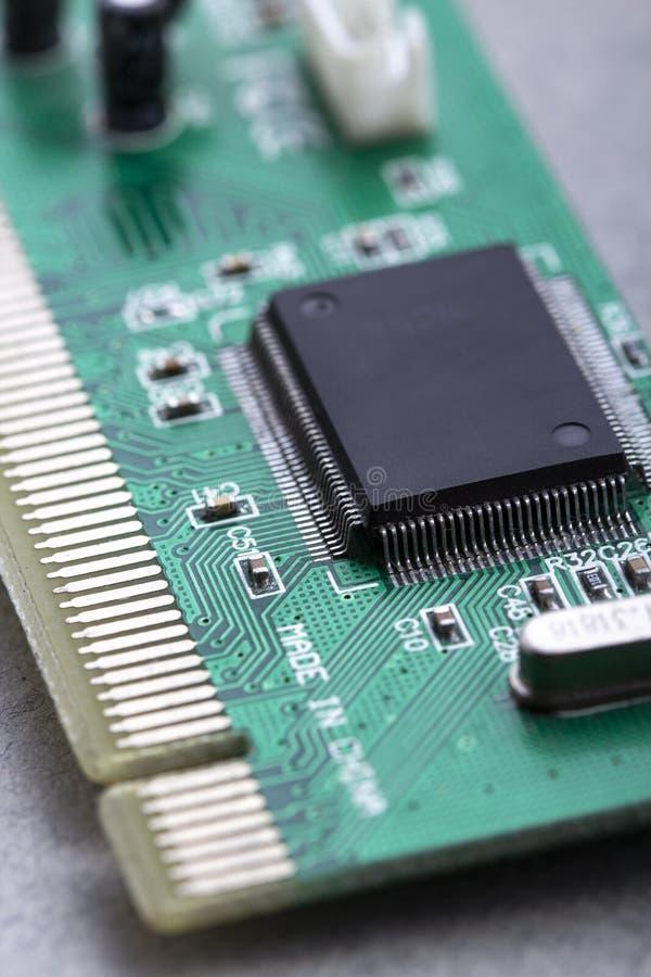 电路板上的计算机处理器芯片及主板上的其他电子元件CPU芯片 免版税库存图片