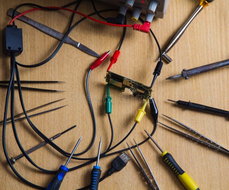 电路板数被连接的和被修理的导电性夹子 库存图片