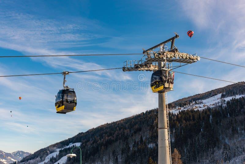 电车、长平底船、baloon在Planai西部在Planai & Hochwurzen -施拉德明Dachstein地区的滑雪的心脏,施蒂里亚, 图库摄影