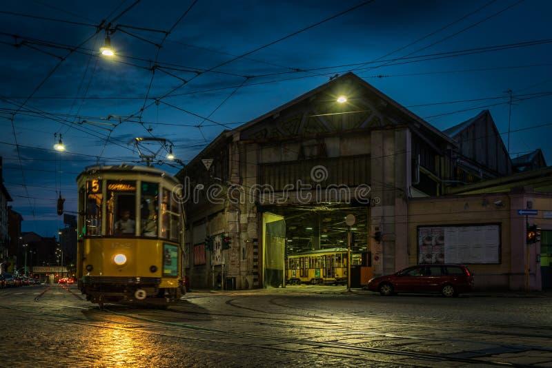 电车储蓄米兰在晚上 免版税库存照片