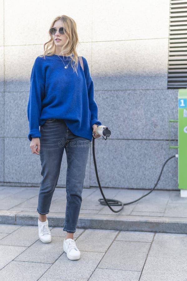 电车充电站的妇女 免版税库存图片
