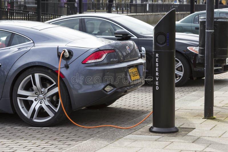 电车充电驻地在米尔顿凯恩斯,英国 图库摄影