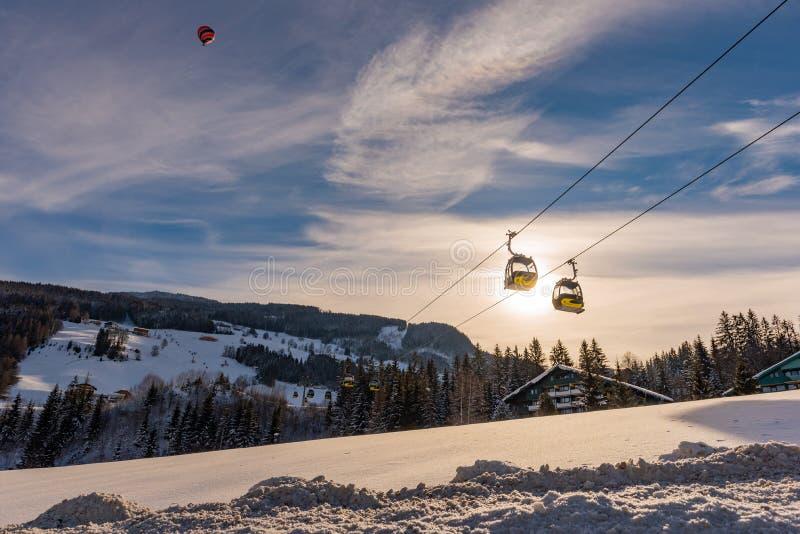 电车和baloon在Planai西部在Planai & Hochwurzen滑雪 施拉德明Dachstein地区,施蒂里亚, 免版税库存图片