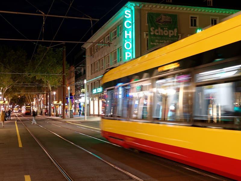 电车在城市在晚上 库存图片