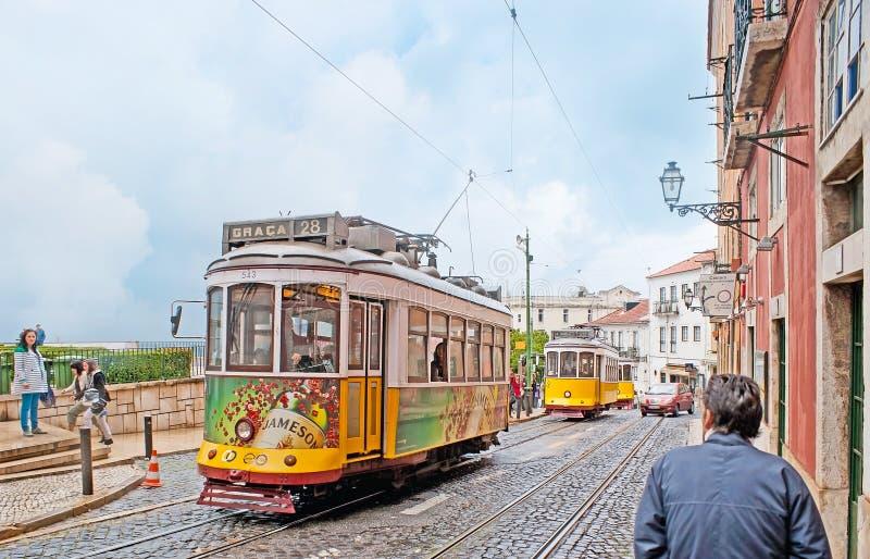 电车在里斯本Alfama区  库存照片