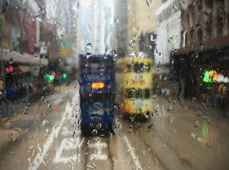 电车在香港通过湿窗口 库存图片