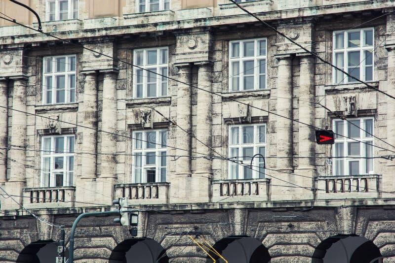 电车线和老房子在布拉格市 库存图片