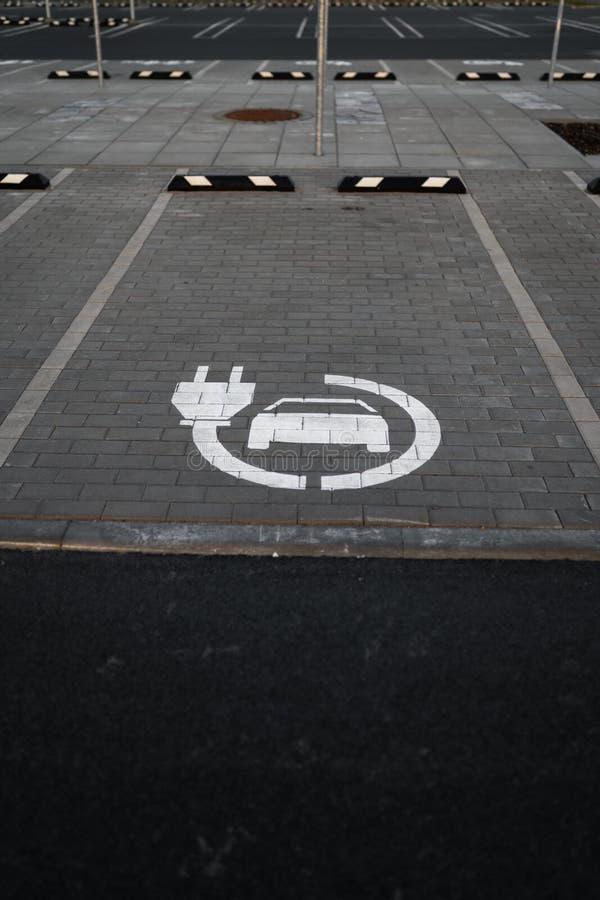 电车自由电荷-在金黄小时日落期间的空的停车场在一个普遍的典型的购物中心 免版税库存图片