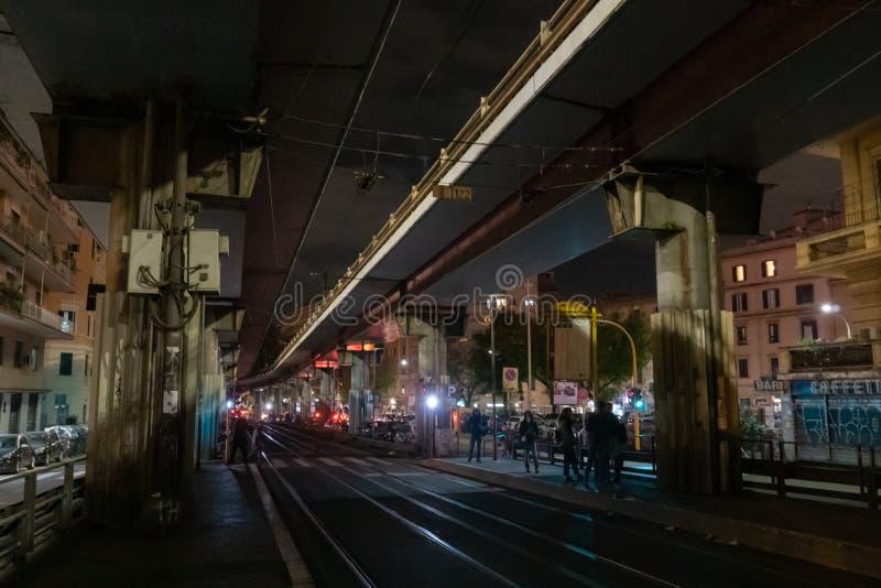 电车轨道在晚上 库存图片