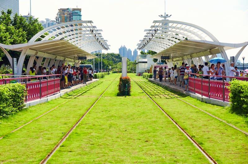 电车驻地平台的广州中国乘客 免版税图库摄影