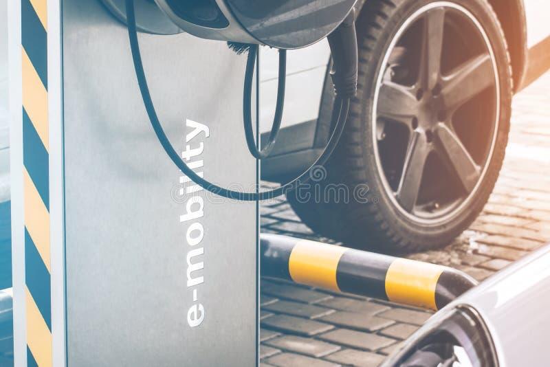 电车e流动性的在背景汽车,轮子汽车换装燃料 库存照片
