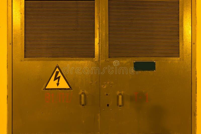 电镀盾 高压 电配电盒 免版税库存图片