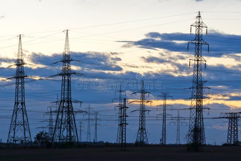 电-力量能源业-在太阳的电杆 库存图片