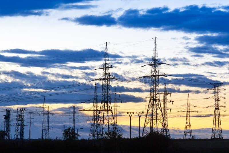 电-力量能源业-在太阳的电杆 免版税库存图片