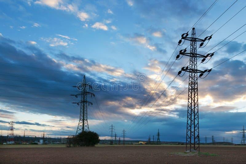 电-力量能源业-在太阳的电杆 库存照片
