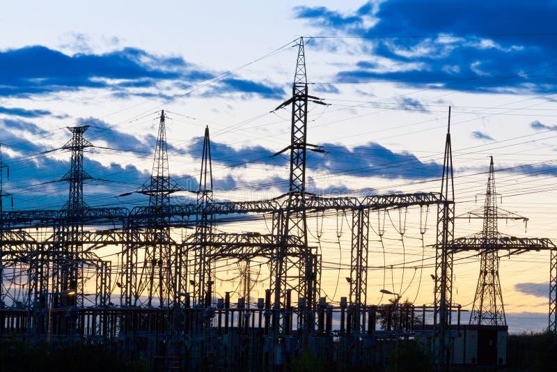 电-力量能源业-在太阳的电杆 免版税库存照片