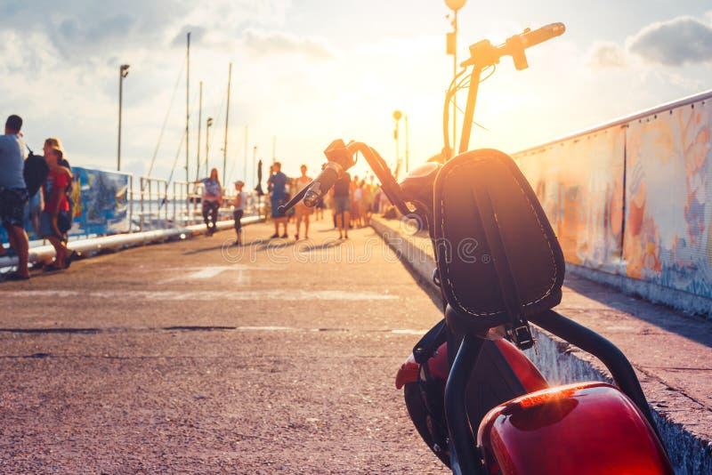 电滑行车运输车,游人的租,停放在码头生态都市运输概念 免版税库存照片