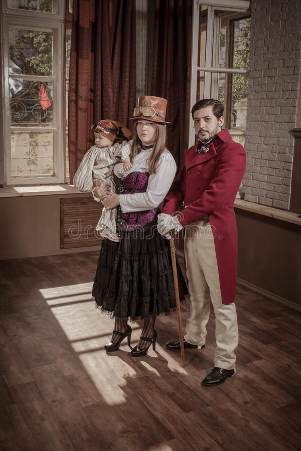 男人、妇女和孩子,打扮在steampunk样式衣裳 免版税库存照片