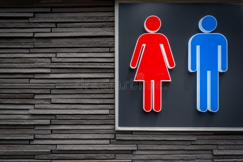 男人和妇女为现代石墙背景的休息室签字 库存图片