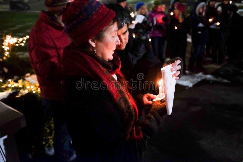 男人和妇女举蜡烛在2016味美国选举人的俄勒冈守夜 免版税库存图片