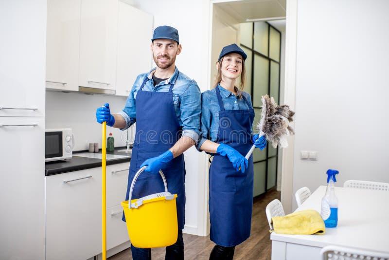 男人和妇女作为户内专业擦净剂 库存照片