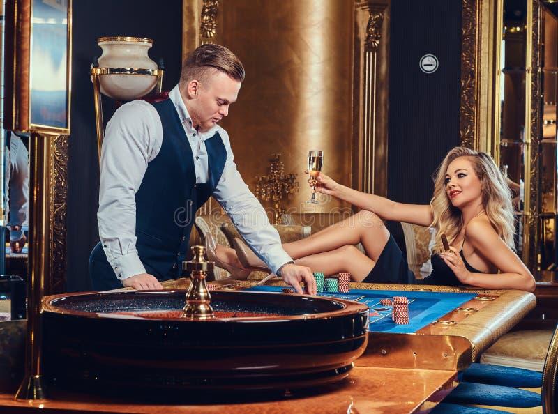 男人和妇女充当赌博娱乐场 库存图片