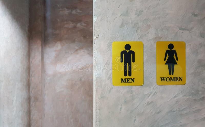 男人和妇女公共厕所  夫人和绅士洗手间的标志叫wc 后边混杂的性别标志洗手间和休息室 库存照片