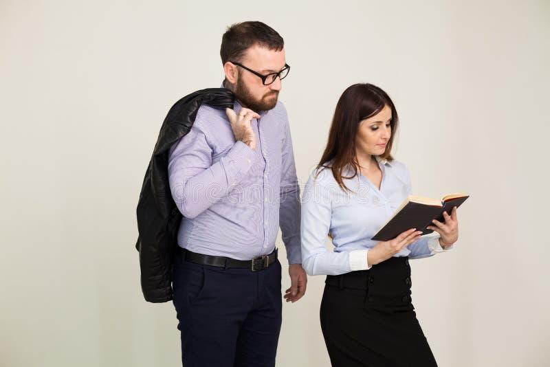 男人和妇女商务伙伴在办公室工作 库存图片